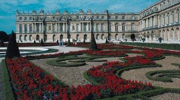 O Palácio de Versalhes e seus jardins elaborados são em estilo Barroco
