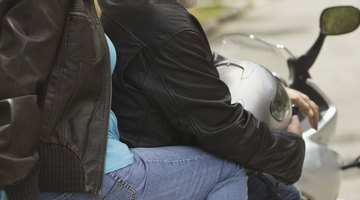 """Um encosto """"sissy bar"""" dá apoio aos passageiros de motocicletas"""
