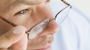 Como impedir que seus óculos fiquem escorregando pelo nariz   9a8a6e45b4