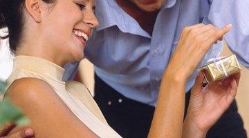 Presentes de aniversário de casamento apropriados não precisam ser tradicionais