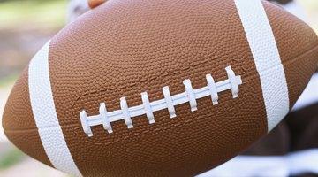 7cb9a7ea22 Como consertar um furo em uma bola de futebol americano de couro