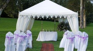 Uma tenda gazebo pode ser fixada em um campo gramado ou na areia