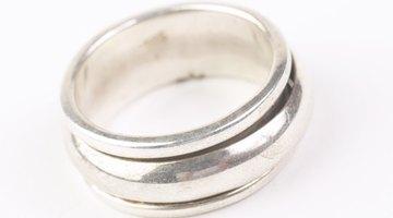 Los anillos de plata esterlina son más pesados que el oro blanco y otros metales.