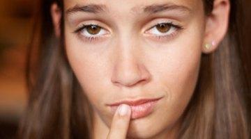 Protuberancias en las esquinas de los labios