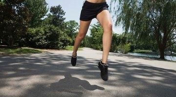 Dolor constante del músculo de la pantorrilla por correr, trotar y ejercitarse.