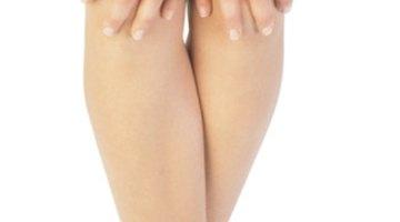 Pigmentación oscura en codos, tobillos y parte interna del muslo