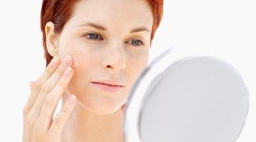 Cómo tratar las espinillas en las cejas