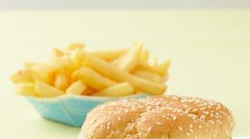 ¿Cuáles son las causas de diarrea tras una comida con grasas moderadas a altas?