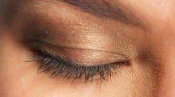 La pigmentación marrón de los párpados