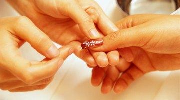 ¿Qué causa el dolor en las uñas acrílicas?