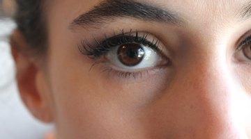 Cómo ocultar los ojos asimétricos con maquillaje