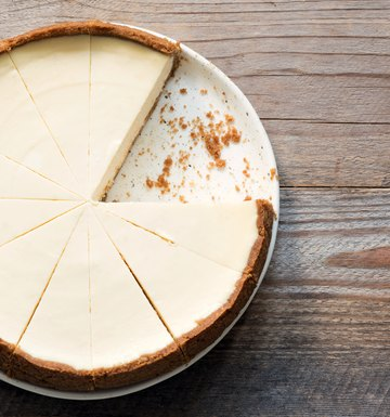 How to Keep Cheesecake From Falling or Cracking