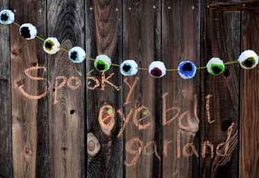 Easy DIY Spooky Pompom Eyeball Garland