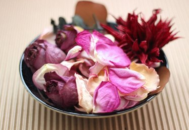 How to Make Potpourri From Dried Flowers
