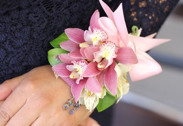 How to Make a Beautiful Wrist Corsage