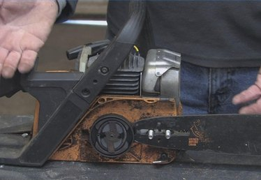 How Does a Chain Saw Automatic Oiler Work?