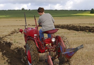 How to Use a Tractor With a Single-Bottom Plow