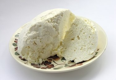 The Difference Between Ricotta Cheese & Cottage Cheese