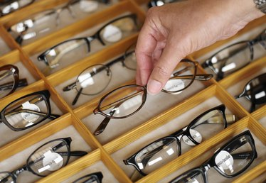 How to Use Vinegar to Remove the AR Coating on Eyeglasses