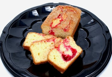 What Is the Difference Between a Sponge Cake & a Classic Genoise?