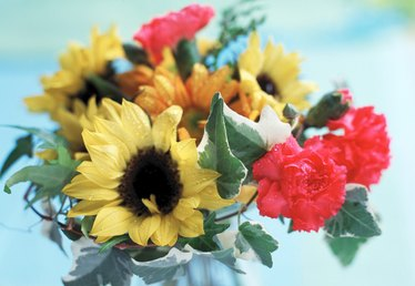 What Flowers Can Be Arranged With Sunflowers?