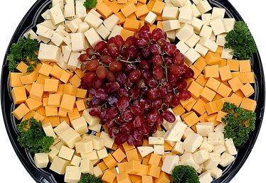 What Crackers to Serve With Cheddar Cheese Cubes?