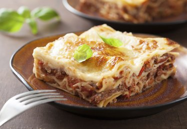 What Are Good Side Dishes to Serve With Lasagna?