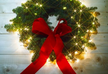 How to Wrap a Wreath With Lights