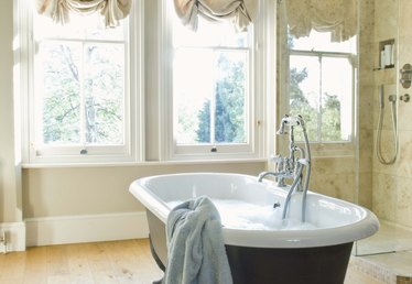 How to Clean a Reglazed Bathtub