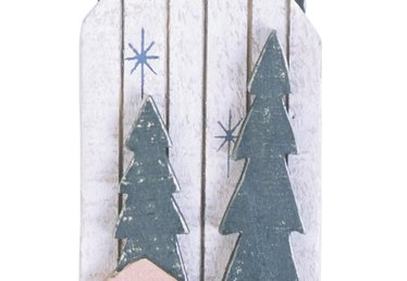 How to Decorate Old Wooden Sleds