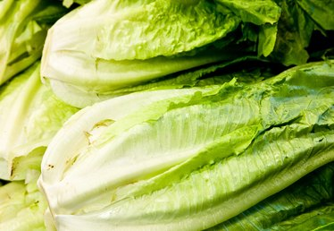 How to Keep Romaine From Turning Brown After Cutting It