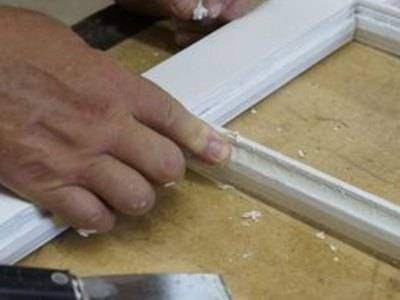 Apply a thin layer of glazing compound to the frame.
