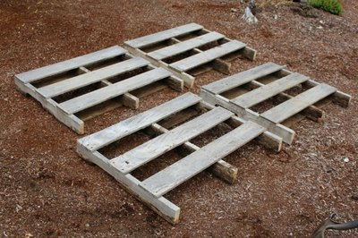 Cut the wood pallets down to size, if necessary.