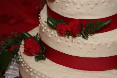 Red accents can decorate a 40th anniversary cake.