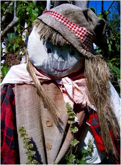 Post a scarecrow at the entrance of your party to welcome your guests.
