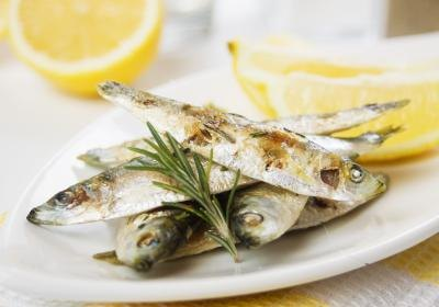 Grilled sardines with lemon