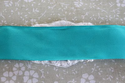 Place the right side of the ribbon to the wrong side of the applique.