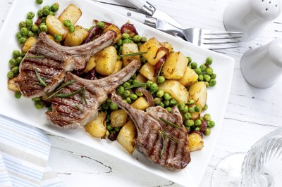 Grilled lamp with potatoes and peas