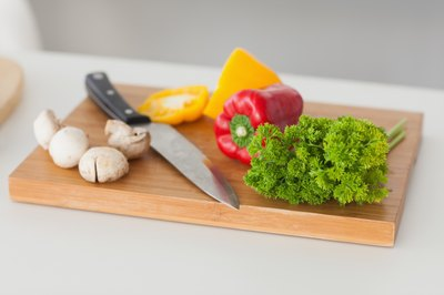 Parsley on the chopping board with fresh vegetables.