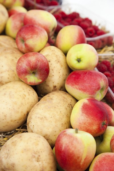 Apples and potatoes work together to stay fresh.