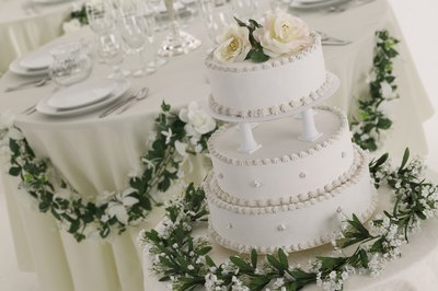 Flowers can be used to decorate your wedding cake.