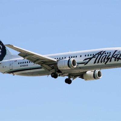 An Alaska Airlines Boeing 737-400 landing at Vancouver International Airport
