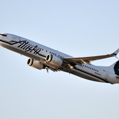 Alaska Airlines Boeing 737-800 taking off from LAX