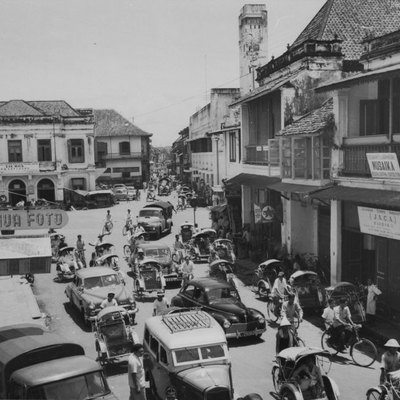 Traffic in a Surabaya street in 1958 as seen from Dutch Trading Company building