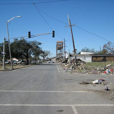 New Orleans After Hurricane Katrina: Claiborne Avenue, Looking Towards Still Closed Bridge Over The Industrial Canal. This Normally Busy Throrofare Is Almost Deserted Other Than Police Manning Baricades. Flood Destoyed Automobiles Are On The Neutral Ground.