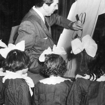 Walt Disney drawing Goofy for a group of girls, during his visit to Argentina.