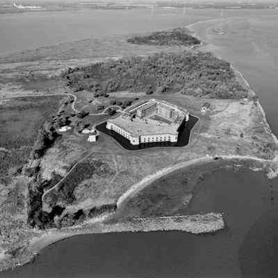 NORTHWEST OBLIQUE AERIAL VIEW OF FORT DELAWARE AND PEA PATCH ISLAND. REMAINS OF SEA WALL VISIBLE IN FOREGROUND AND RIGHT OF IMAGE. HAER DEL,2-DELAC.V,1A-1 Photo taken in October, 1998.