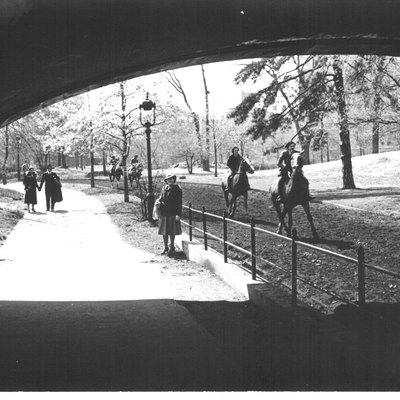 Unknown photographer (Scanned by Derzsi Elekes Andor). Size: 10 cm x 16 cm. On the back side, hand written: Central Park May 1940 (2). Dara: 12230, Courtesy of Derzsi Elekes Andor. Horseback riding has been a tradition in Central Park for 150 years, dating back to when the park was originally designed. There is some evidence that Central Park was originally meant to be seen from horseback. Trails such as the bridle path adjacent to the Reservoir are made of hard, packed dirt and are as perfect for horseback riding today as they were when the park opened. From 1927 to 2007, the Claremont Riding Academy, built in 1892, operated in Central Park, giving reasonably-priced horseback rides to anyone who wanted them. However, over time, the bridle path became frequently filled with other park users and it became too difficult to safely navigate on horse. In 2007, the stable was forced to close, and with it the only vendor of horse transportation in the park. From 2007 to 2011, horseback riding was available from Riverdale Equestrian Center on a very limited basis. Private trail rides could only occur in the park by appointment. Sources: http://www.businessinsider.com/paul-mccartney-toured-central-park-condo-photos-2013-12?op=1 http://www.theatlantic.com/infocus/2012/04/historic-photos-from-the-nyc-municipal-archives/100286/ ©© Derzsi Elekes Andor, Budapest, 2014, You are authorised to use these photos and vids under Creative Commons – even for commercial, for profit purposes. Photos must be attributed to Derzsi Elekes Andor. All of the photos and vids in the Metapolisz DVD line are under Creative Commons and can be used even for commercial – for profit – purposes. Recommended Citation Derzsi Elekes Andor: Metapolisz DVD line http://nektar.oszk.hu/en/manifestation/2623913