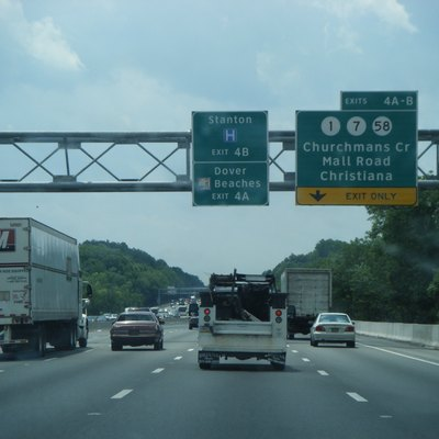 Southbound Interstate 95 (Delaware Turnpike) approaching the exits for Delaware Route 1/Delaware Route 7/Delaware Route 58 (exit 4) in Christiana, Delaware.