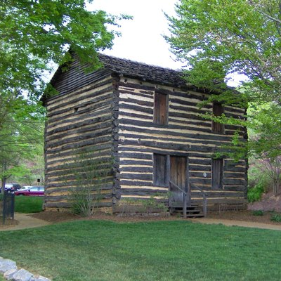 The Christopher Taylor House in downtown Jonesborough, Tennessee, in the southeastern United States. The cabin was built around 1777 a mile or so southwest of Jonesborough and moved to the city's main district in 1974.